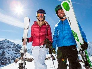 Paar beim Skifahren
