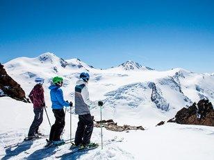Freunde beim Skifahren auf der Wildspitze